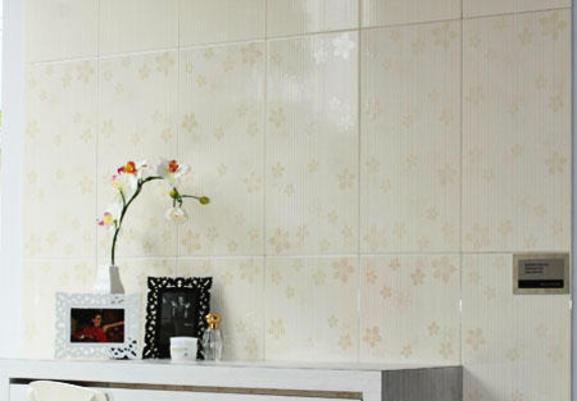 Selain wall cover , tripleks, dan papan, keramik pun bisa jadi pelapis ...